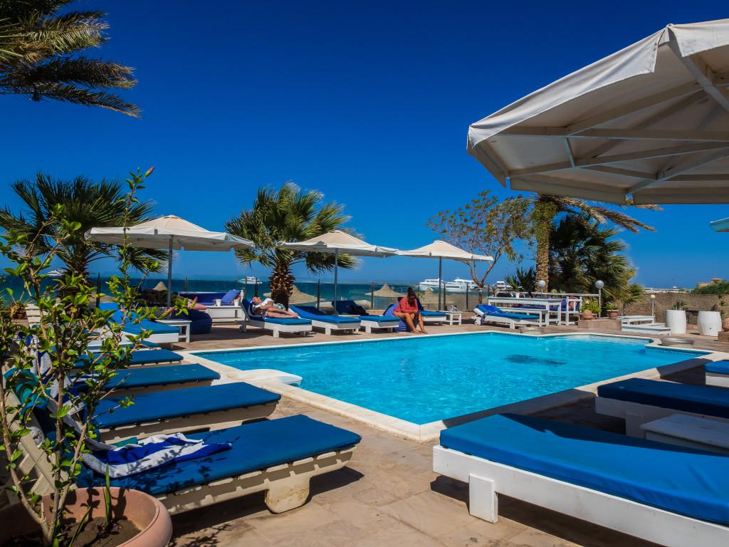 Het zwembad nemo dive club hotel - Zwembad met strand ...